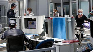 مسافرون أوروبيون في مطار الدار البيضاء