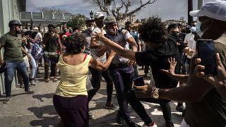 A rendőrök őrizetbe vesznek egy tüntetőt 2021. július 11-én Havannában