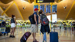 Turistas no aeroporto internacional Adolfo Suarez-Barajas, Madrid, Espanha