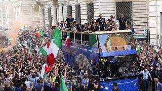 """L'Italie a célébré lundi le retour triomphal de sa """"Nazionale"""" sacrée championne d'Europe de football dimanche contre l'Angleterre à Londres."""