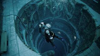 يستكشف الغواصون مدينة غارقة وهمية ويلعبون الشطرنج ويتنقلون عبر الكهوف في ديب دايف دبي، أعمق حوض سباحة في العالم.