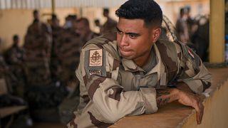 I soldati della forza francese Barkhane che hanno concluso un turno di quattro mesi nel Sahel lasciano la loro base a Gao, in Mali, mercoledì 9 giugno 2021.