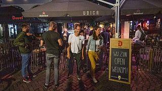 Gäste verlassen Kneipe in Utrecht wegen Sperrstunde
