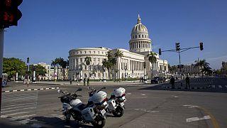 Motocicletas policiales estacionadas cerca del edificio del Capitolio Nacional mientras la policía hace guardia en La Habana, Cuba