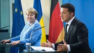 ولودیمیر زلنسکی، رئیس جمهوری اوکراین (راست) و آنگلا مرکل، صدر اعظم آلمان (چپ)