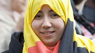 امرأة تتظاهر بعلم بلجيكا وتضعه كحجاب في 27 مارس 2010 في بروكسل ضد حظر الحجاب في المدارس.