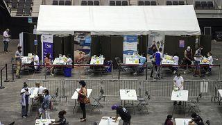 مركز للتطعيم ضد كوفيد_19 في مدينة ليون الفرنسية