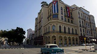 Kubai zászló a havannai Parque Central szállodán a tüntetés másnapján