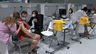 España ha vacunado completamente a más de 21 millones de personas, el 46% de su población total.