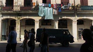 Un furgón de la policía en una calle de La Habana Vieja tras las protestas, Cuba 12/7/2021