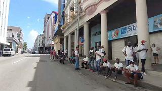 Colas y desabastecimiento han forjado en Cuba un carácter entre la resignación y el hartazgo.