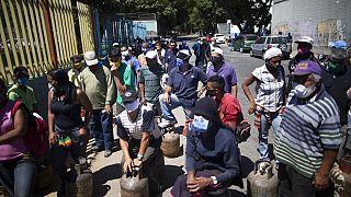 شهروندان کاراکاس منتظر برای پر کردن مخازن گاز