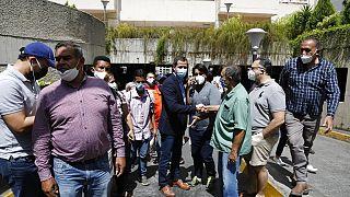 Juan Guaidó saluda a los vecinos que le ayudaron a evitar el arresto