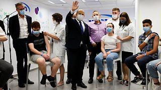 رئيس الوزراء الإسرائيلي نفتالي بينيت في أحد مراكز التطعيم ضد كوفيد-19