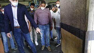 Guaidó mostra marcas de balas alegadamente disparadas pelas forças de segurança na sua garagem