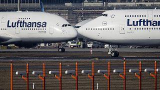 طائرة إيرباص إيه A380 وطائرة بوينغ 747 تابعتين لشركة طيران لوفتهانزا في مطار فرانكفورت في ألمانيا.