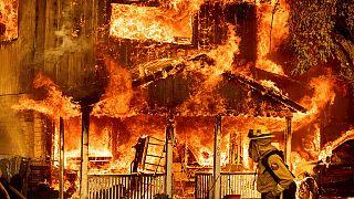 Una casa en llamas en Doyle, California, este domingo