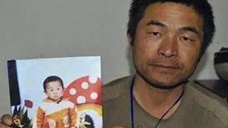 Guo Gangtang fia gyermekkori fotójával