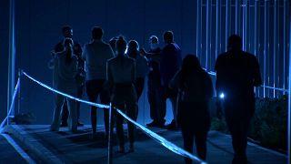 Überwiegend junge Leute steheh nachts vor einer Madrider Klinik Schlange, uj sich impfen zu lassen