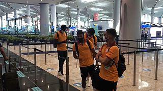 I giocatori del Galatasaray in coda ai controlli all'aeroporto di Atene, Grecia