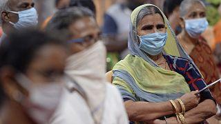 Des femmes âgées attendent de se faire vacciner contre le Covid-19 à Chennai, en Inde le 20 mars 2021.