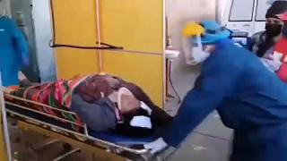 Captura de imagen de la llegada de una de las víctimas del accidente al hospital.