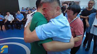 Çinli aile henüz 2,5 yaşındayken kaçırılan oğullarına kavuşmanın sevincini yaşıyor