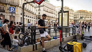 In Madrid in Spanien - junge Leute lassen sich auf nachts impfen