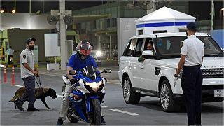 موظفو الجمارك البحرينية يفحصون سيارات المسافرين السعوديين الذين يدخلون البحرين