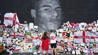 Az összefirkált falfestmény a támogató üzenetekkel