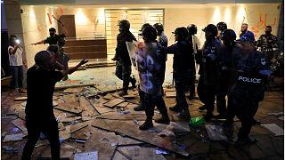 مواجهات بين محتجين من أهالي ضحايا انفجار مرفأ بيروت وقوات الأمن