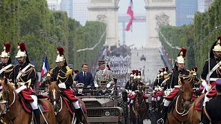 Le président français Emmanuel Macron et le chef d'état-major des armées françaises sur l'avenue des Champs-Elysées à Paris le 14 juillet 2021.
