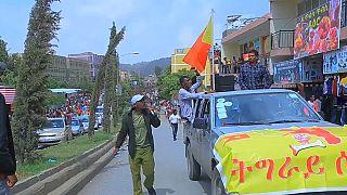 Les habitants se sont pressés pour voir les prisonniers défiler.