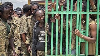 Soldati etiopi prigionieri nel Tigrè.
