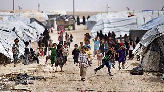 Életkép az Al-hol táborból, ahol a kurd erők az Iszlám Állam elhunyt harcosainak özvegyeit és gyerekeit őrzik