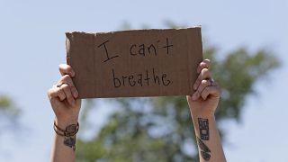 """Табличка со слоганом акции BLM """"Я не могу дышать"""""""