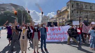 شاهد: متظاهرون ينظمون مسيرة احتجاجية ضد الجيش في ميانمار