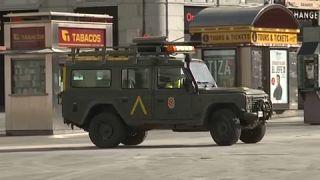 Un coche del ejército patrulla las calles durante el confinamiento en España.