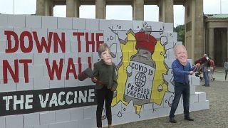 """Covid-19: Symbolische """"Patentmauer"""" um Impfstoffe umgeklopft"""