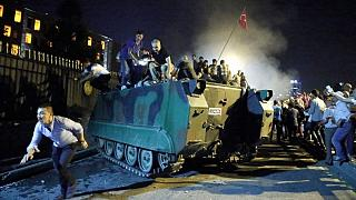 15 Temmuz 2016'da birçok vatandaş İstanbul'daki Boğaziçi Köprüsü'nde yolu kapatan askerlere müdahale etti.