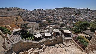 منظر لمدينة سلوان حيث موقع الحفر الأثري أين تم التنقيب عن جزء مفقود من سور مدينة القدس. 2021/07/14