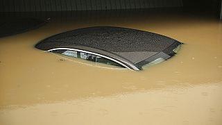 Auto in den Fluten - Überschwemmung in Düsseldorf