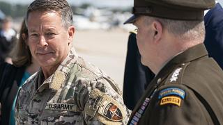 القائد الأعلى الأميركي السابق في أفغانستان سكوت ميللر، على اليسار ، يسير مع رئيس هيئة الأركان المشتركة الجنرال مارك ميلير. 2021/07/14