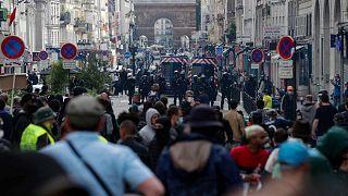تواجه الشرطة محتجين على قرار حكومي بفرض اختبارات كوفيد-19 على الأشخاص غير الملقحين الذين يرغبون في تناول الطعام في المطاعم أو القيام برحلات طويلة، باريس، 14 يوليو 2021
