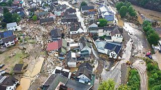 Luftaufnahme von dem Eifeldorf Schuld, in dem nach Überschwemmungen mehrere Häuser eingestüzt sind.