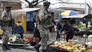 جنود خلال دورية في سوق بمدينة ألكساندرا جنوب جوهانسبيرغ في جنوب إفريقيا. 15/07/2021