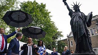 La statue a été dévoilée dans les jardins de l'Ambassade française.