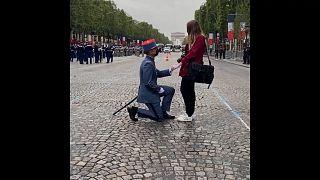 ویدئو؛ درخواست ازدواج در میانۀ رژه روز ملی فرانسه