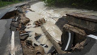 Una carretera federal es arrasada por las inundaciones en Ramsauer Ache, cerca de Berchtesgaden, Alemania, el lunes 19 de julio de 2021.