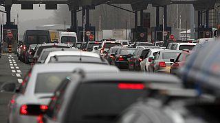 Motorists wait to cross the Serbian border